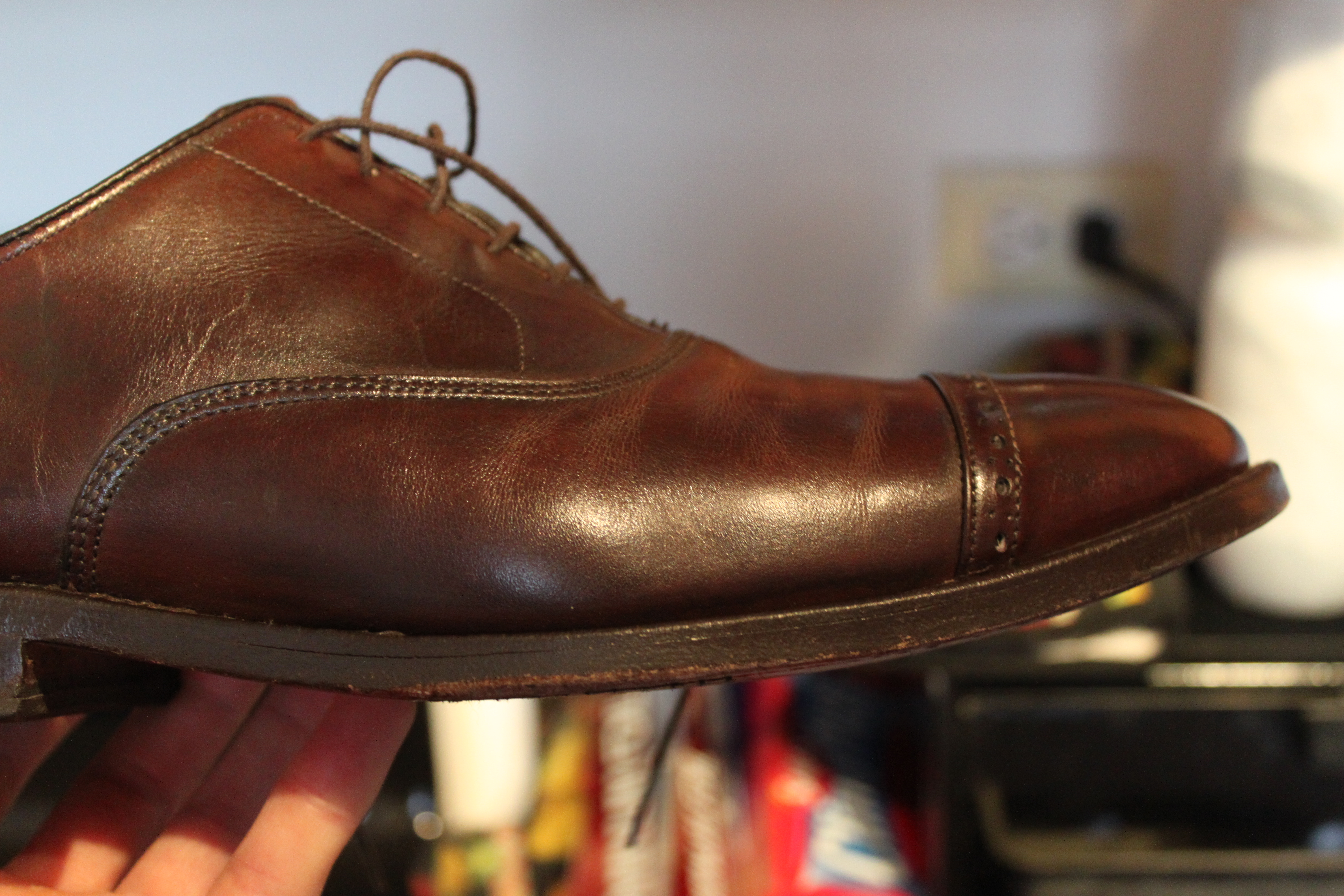 Salt Stains on Leather Shoes and Boots Begin by mixing one cup of cool water and one tablespoon of distilled white vinegar. Soak a cotton ball with the mixture and wipe it over the salt stains.